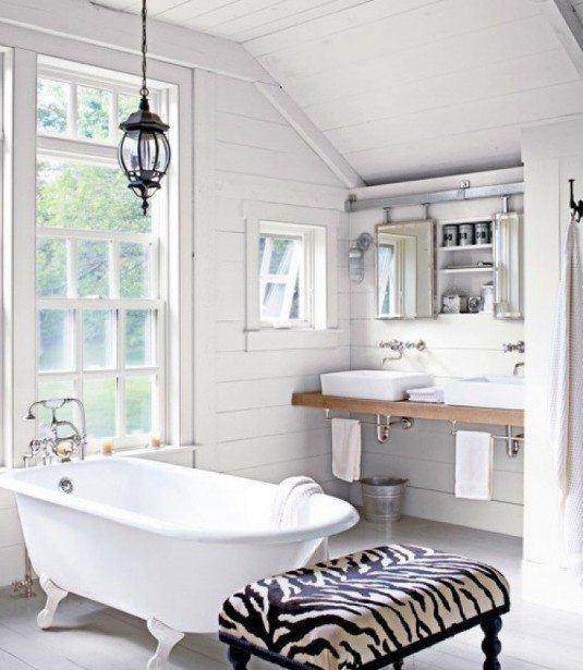 Lichte-witte-badkamer-met-bad-op-pootjes-voor-grote-raampartij.1361614258-van-Tiara