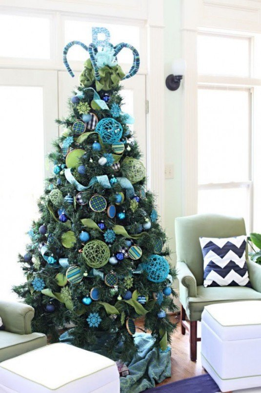 appealing-bright-living-room-design-ideas-with-extensive-framed-bay-window-and-ergonomic-sage-green-arm-chairs-along-with-corner-green-christmas-tree-placement