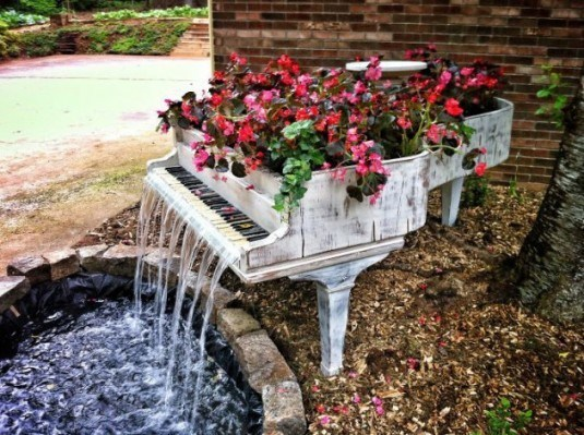 19-of-The-Worlds-Best-Ways-to-Repurpose-Old-Furniture-in-Your-Garden-homesthetics-backyard-landscaping-2