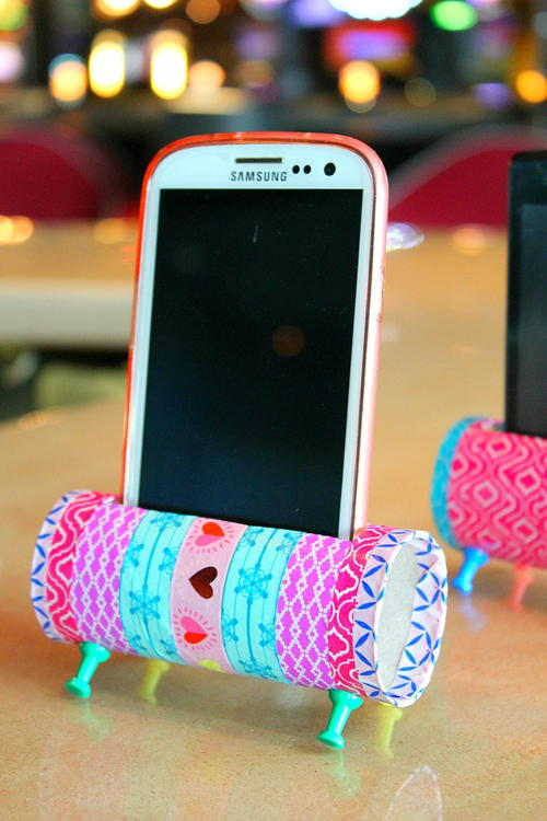 diy-phone-stand-toilet-paper-roll-craft_large500_id-1588238