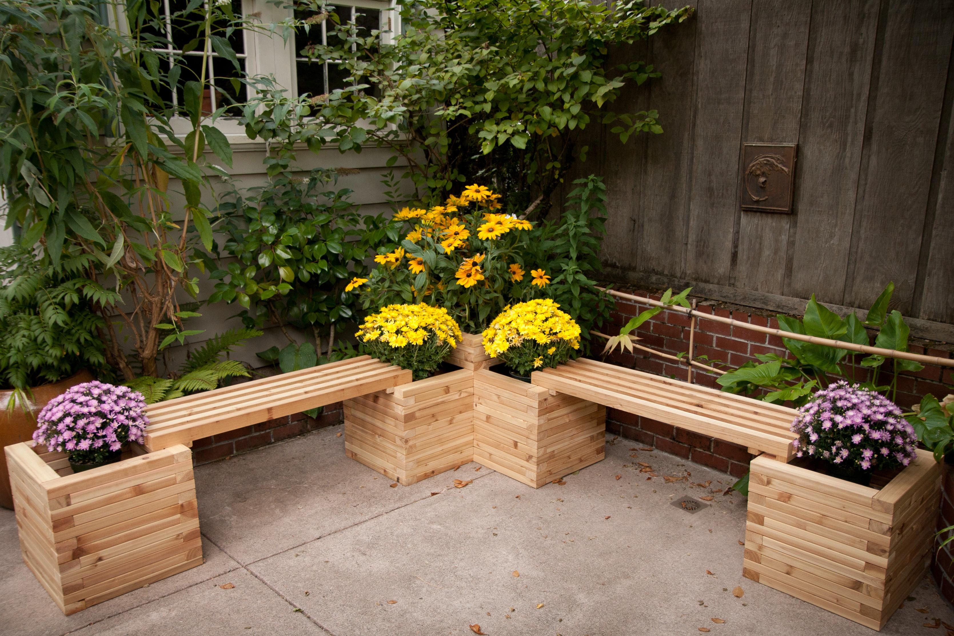 Универсальная скамейка для облегчения работы в огороде..