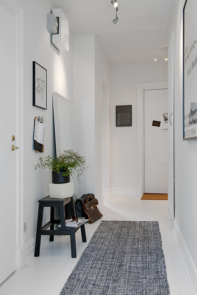How To Decorate Your Narrow Entryway And Make It Functional